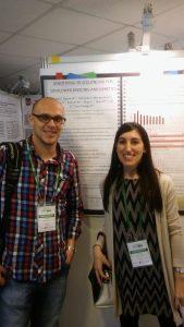 Carla Filippi y Sebastián Moschen. De fondo el poster de Carla que fue premiado con el 2do puesto por la Fundación REDBIO Internacional!